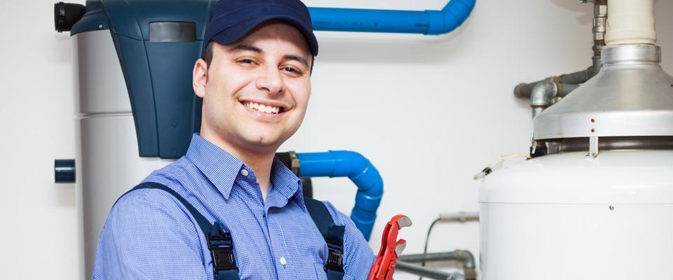 uśmiechnięty pracownik zczerwonym kluczem